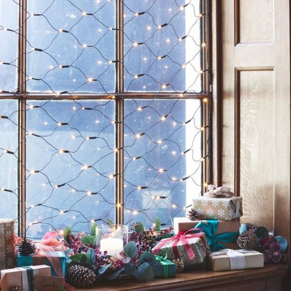 Fensterdeko zu Weihnachten Lichterketten Fensterbank dekorieren