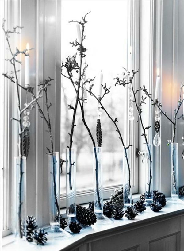 Fensterdeko zu Weihnachten Tannenzapfen Kerzen Zweige