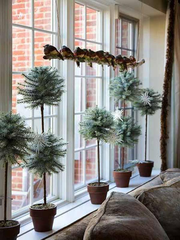 Fensterdeko zu Weihnachten Topfpflanzen Tannenzapfen