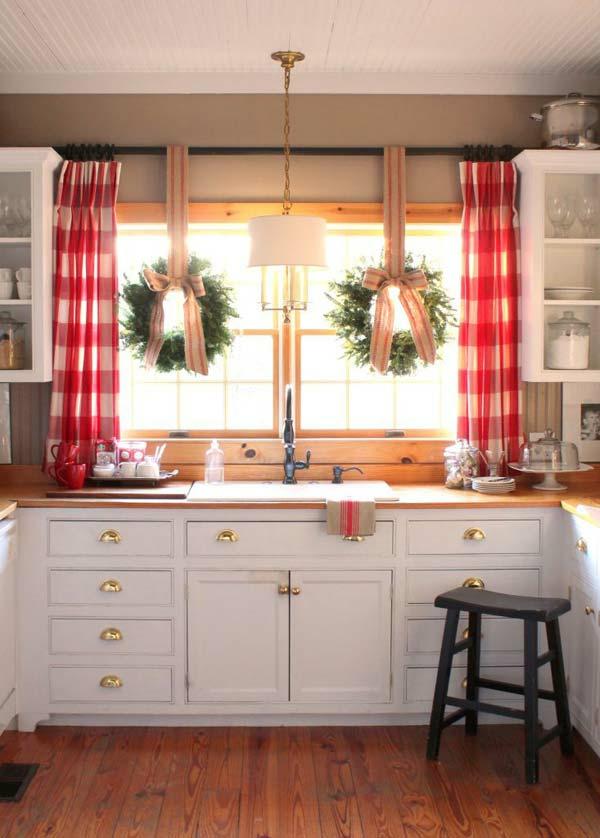 Fensterdeko zu Weihnachten Weihnachtskränze Küchenfenster
