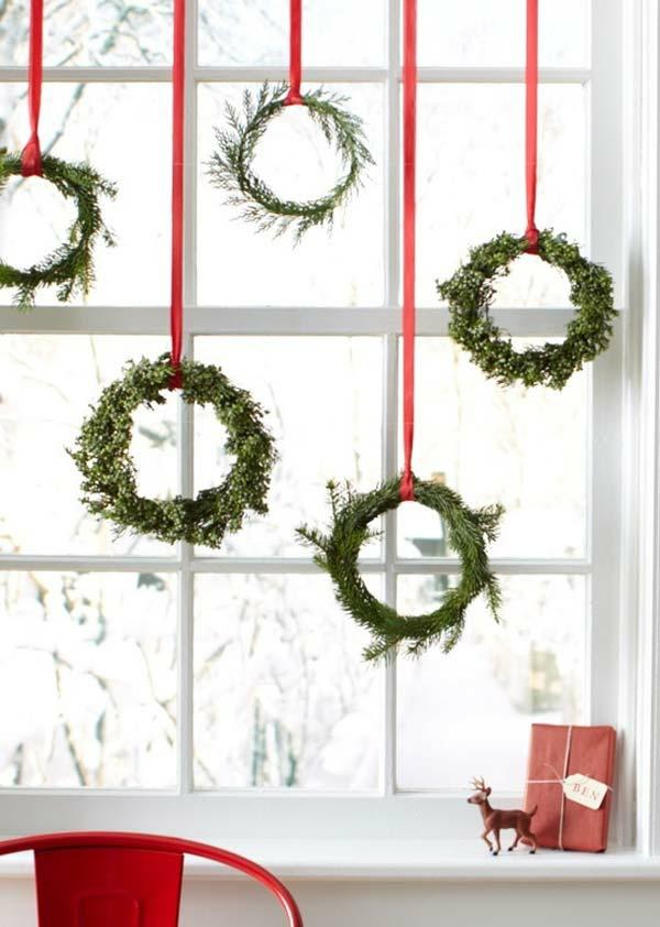 Fensterdeko zu Weihnachten Weihnachtskränze aufhängen