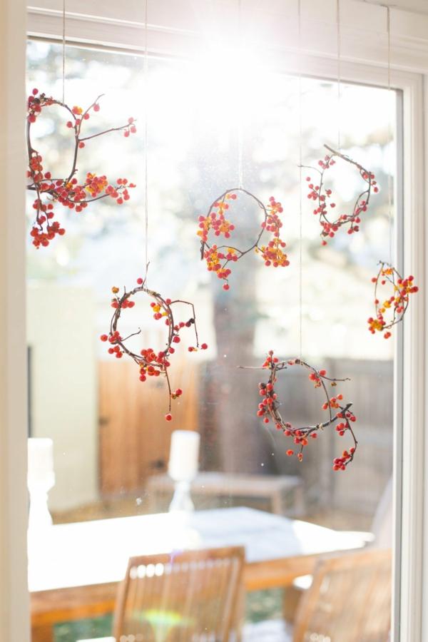 Fensterdeko zu Weihnachten Weihnachtskranz Beeren