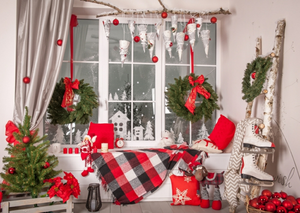 Fensterdeko zu Weihnachten Weihnachtskranz Entspannungsecke Fensterbank