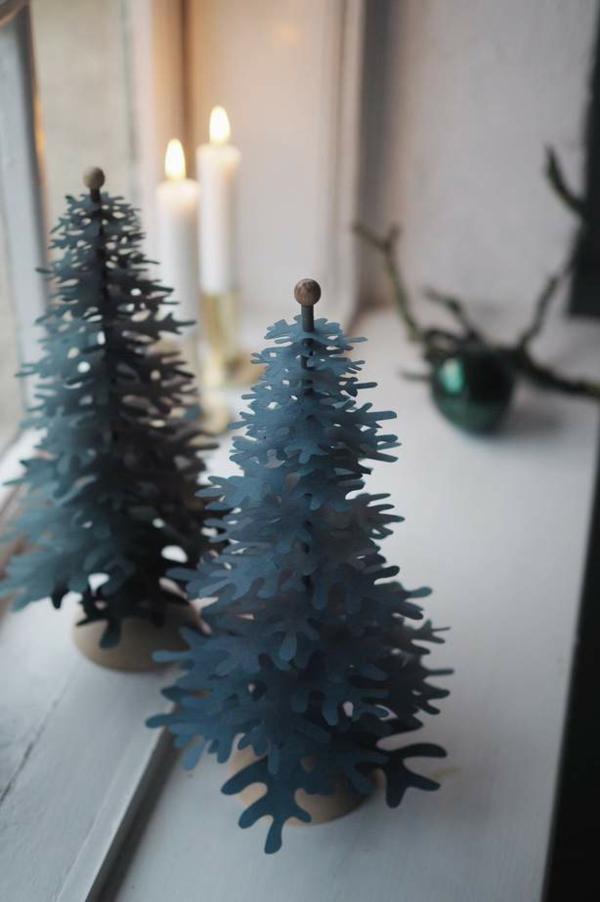 Fensterdeko zu Weihnachten dekorative Tannenbäumchen Fensterbank
