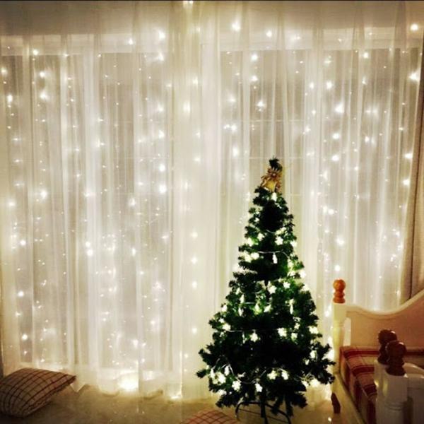 Fensterdeko zu Weihnachten durchsichtige Gardinen Lichterketten