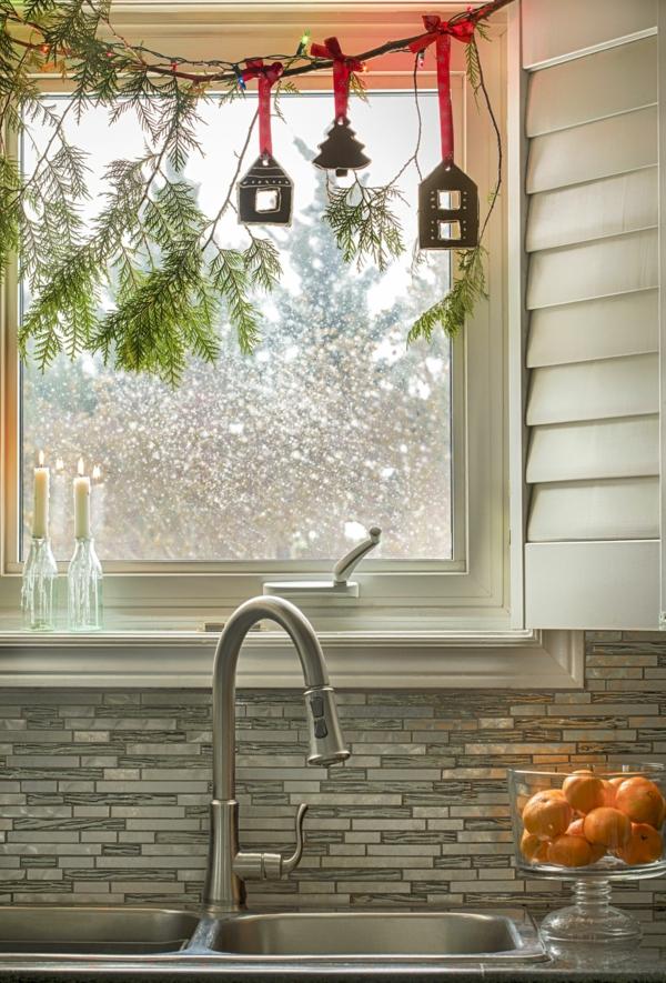 Fensterdeko zu Weihnachten durchsichtige Weihnachtskugeln