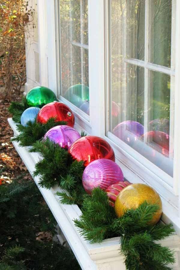 Fensterdeko zu Weihnachten farbige Weihnachtskugeln Fensterbank