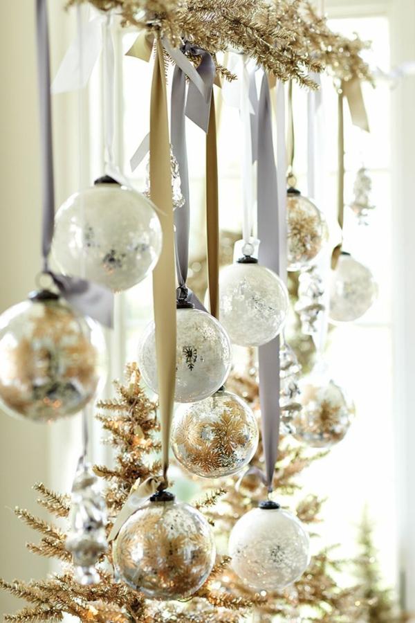 Fensterdeko zu Weihnachten goldene Akzente Weihnachtskugeln