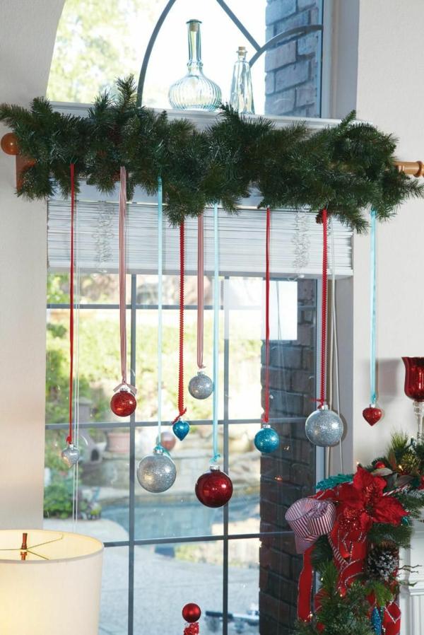 Fensterdeko zu Weihnachten immergrüne Zweige