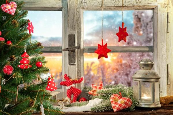 Fensterdeko zu Weihnachten rote Weihnachtsornamente aus Stoff