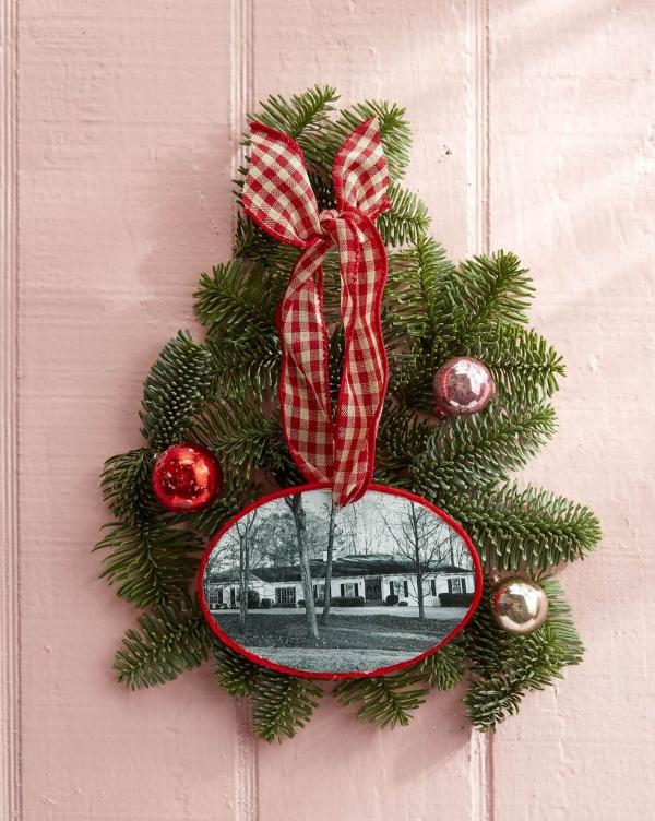 Fotogeschenke basteln zu Weihnachten – kreative Ideen und Anleitung haus rahmen holzscheibe ornament