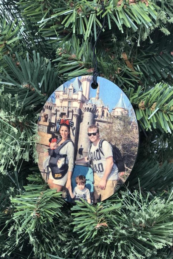 Fotogeschenke basteln zu Weihnachten – kreative Ideen und Anleitung holz scheibe ornament familien foto