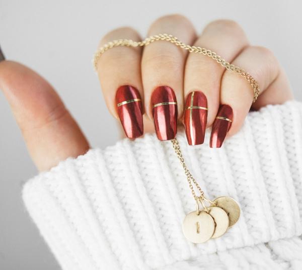 Gelnägel zu Weihnachten – hübsche Ideen und aktuelle Farbtrends chrome rot gold streifen