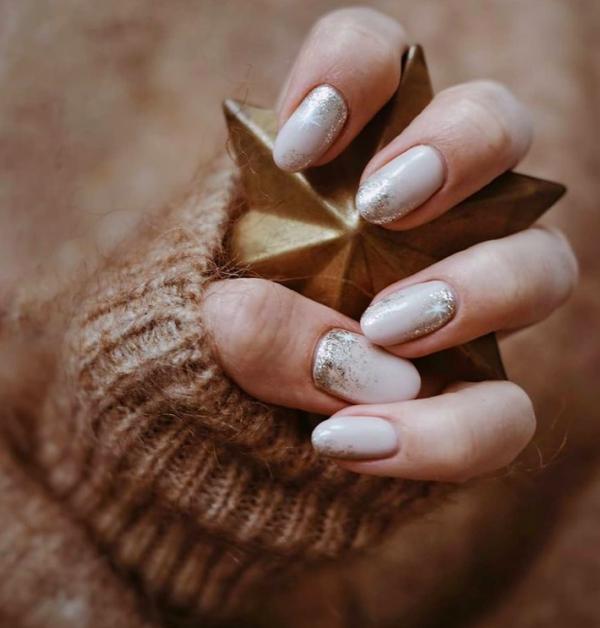 Gelnägel zu Weihnachten – hübsche Ideen und aktuelle Farbtrends dezente pastell nägel creme grau