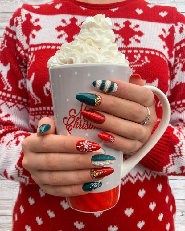Gelnägel zu Weihnachten – hübsche Ideen und aktuelle Farbtrends gold grün weiß kombi stilvoll