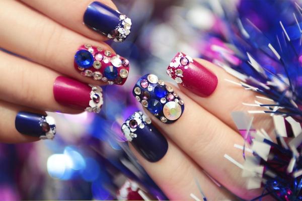 Gelnägel zu Weihnachten – hübsche Ideen und aktuelle Farbtrends mani mit steine perlen silvester