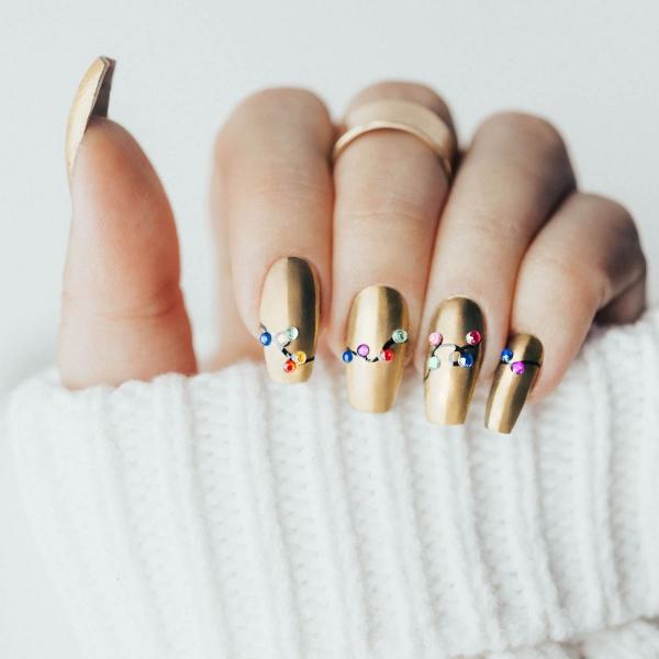 Gelnägel zu Weihnachten – hübsche Ideen und aktuelle Farbtrends matte gold nägel lichterkette