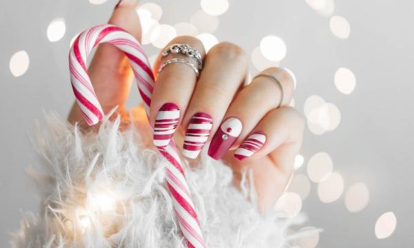 Gelnägel zu Weihnachten – hübsche Ideen und aktuelle Farbtrends zuckerstange rot weiß inspiriert