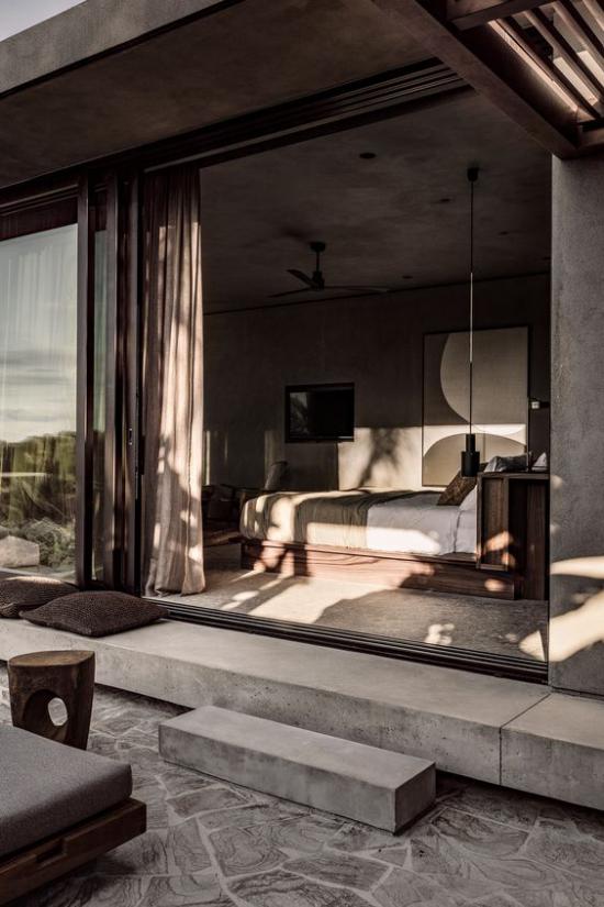 Glaswände im Schlafzimmer dicke Gardinen in Braun schicke Raumgestaltung offenes Wohnen