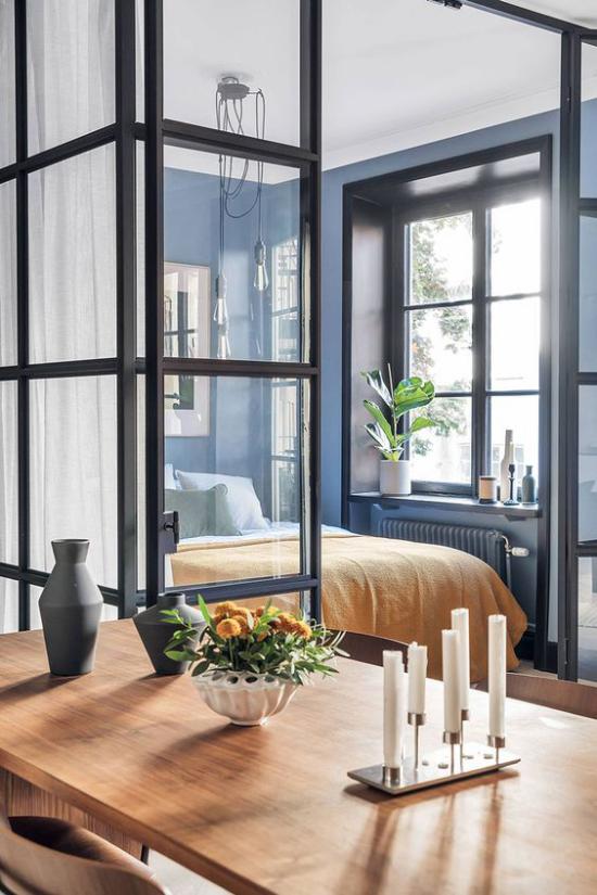Glaswände im Schlafzimmer leichte Gardinen schützen die Privatsphäre