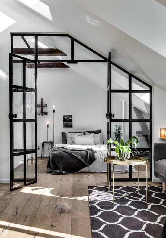 Glaswände im Schlafzimmer metallrahmen schwarz Schlafbereich unter Dachschräge Dachfenstert