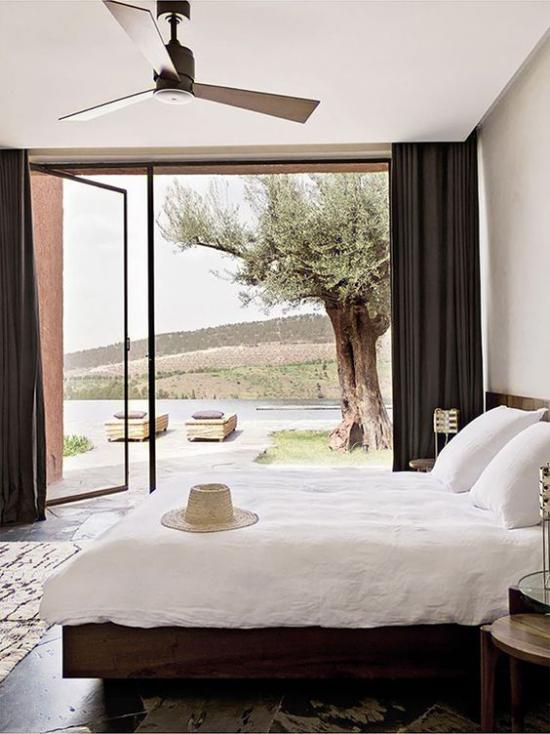 Glaswände im Schlafzimmer nach außen führen zum Innenhof der Natur näher