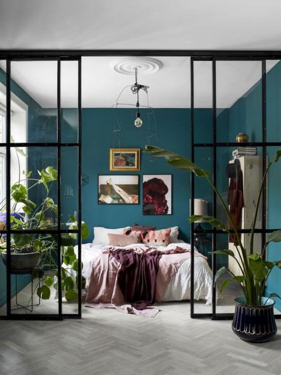 Glaswände im Schlafzimmer schaffen Sie eine schwellenlose grüne Oase Topfpflanzen blaugrüne Wände