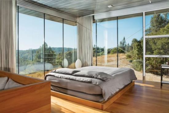 Glaswände im Schlafzimmer schicke Raumgestaltung viel Tageslicht Sonne sehr ansprechend