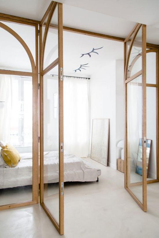 Glaswände im Schlafzimmer schickes simples Raumdesign helles Ambiente Glaswand mit Holzrahmen