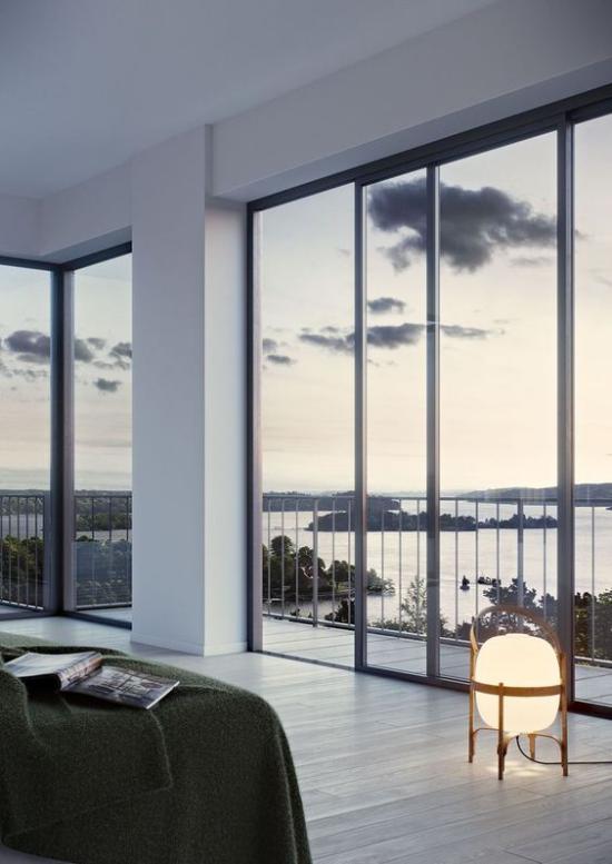 Glaswände im Schlafzimmer vielfältige Gestaltungsmöglichkeiten sehr kreative Lösungen moderne Bodenlampe