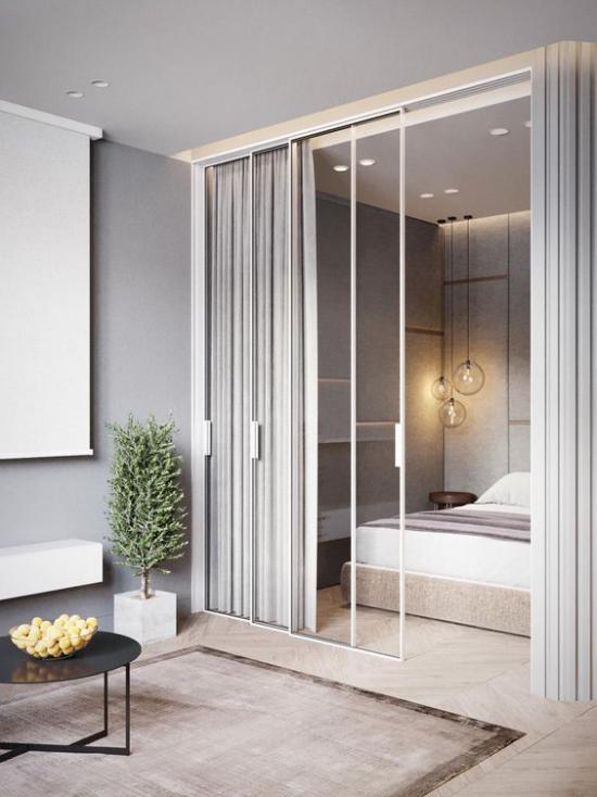 Glaswände im Schlafzimmer weiße Rollos lichtdichte Vorhänge sich ungestört fühlen nachtsüber