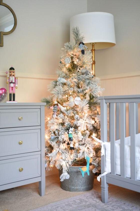 Kinderzimmer weihnachtlich dekorieren Christbaum im Kübel in der Ecke Blickfang