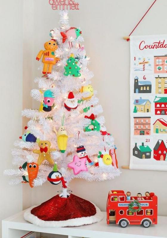 Kinderzimmer weihnachtlich dekorieren Christbaum selbst gebastelter Weihnachtsschmuck