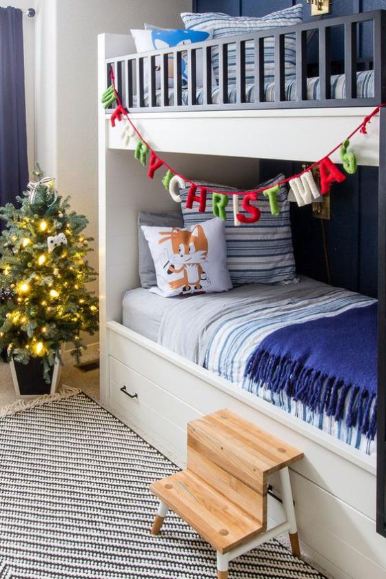 Kinderzimmer weihnachtlich dekorieren Doppelbett Girlande Frohe Weihnachten kleiner Christbaum Lichterketten