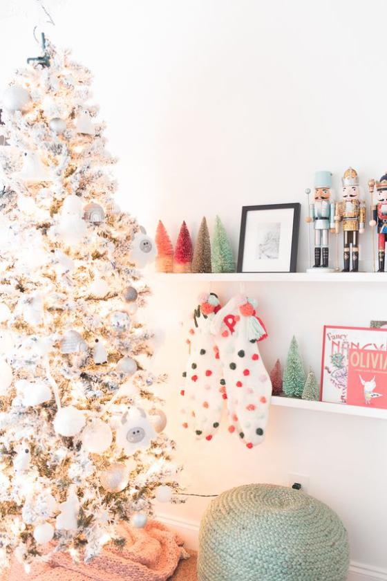 Kinderzimmer weihnachtlich dekorieren Glitzer Christbaum Nussknacker