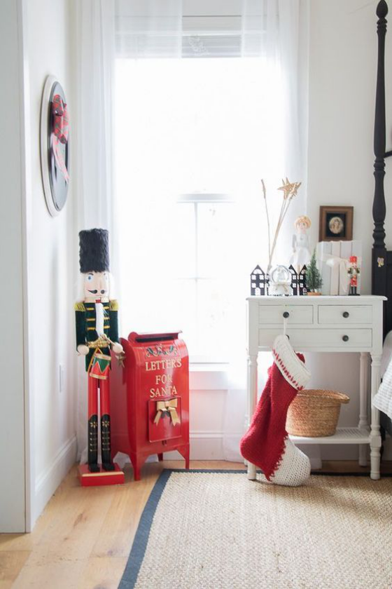 Kinderzimmer weihnachtlich dekorieren Nikolausstiefel großer Nussknacker