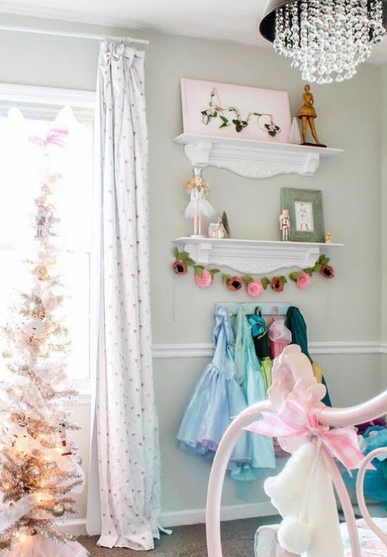 Kinderzimmer weihnachtlich dekorieren Weihnachtsbaum Regal Spielsachen für Mädchen