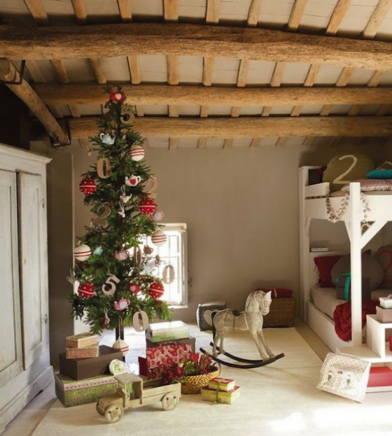 Kinderzimmer weihnachtlich dekorieren im rustikalen Stil Holzdecke Doppelbett Spielsachen