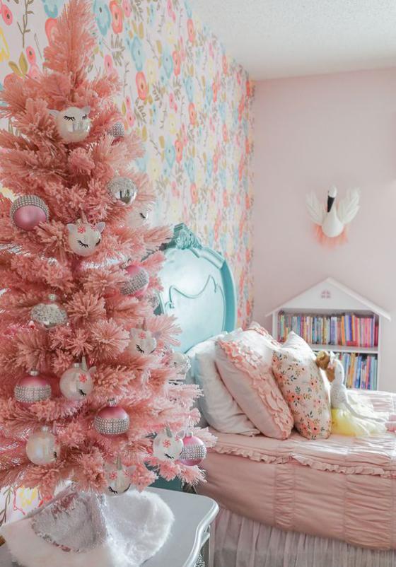 Kinderzimmer weihnachtlich dekorieren in Hellrosa mit hellblauen Akzenten
