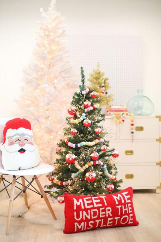 Kinderzimmer weihnachtlich dekorieren klassische Farben Tannenbaum rotes Kissen Santa