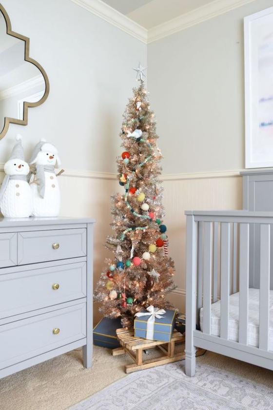 Kinderzimmer weihnachtlich dekorieren kleiner Christbaum in der Ecke Blickfang