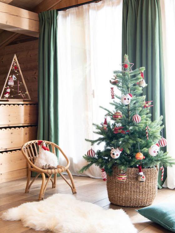 Kinderzimmer weihnachtlich dekorieren kleiner Tannenbaum in klassischen Farben Rot Weiß Grün geschmückt