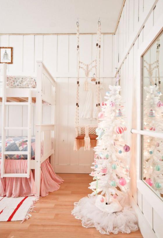 Kinderzimmer weihnachtlich dekorieren kleiner Weihnachtsbaum Raum in Weiß und Hellrosa schmücken