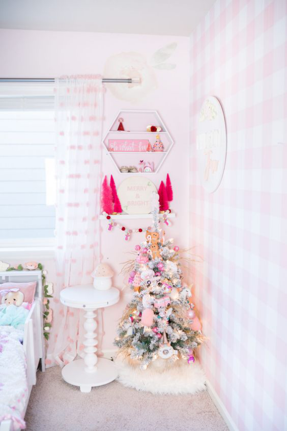 Kinderzimmer weihnachtlich dekorieren kleiner Weihnachtsbaum Raum in Weiß und Hellrosa