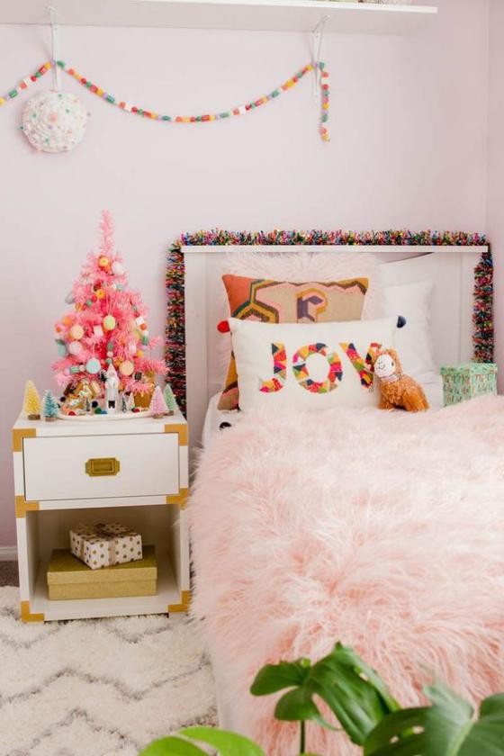 Kinderzimmer weihnachtlich dekorieren kleiner Weihnachtsbaum auf dem Schrank darunter Geschenke