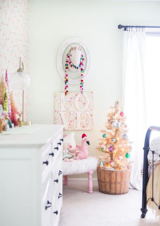 Kinderzimmer weihnachtlich dekorieren kleiner Weihnachtsbaum im Kübel Raum in Weiß und Hellrosa schmücken