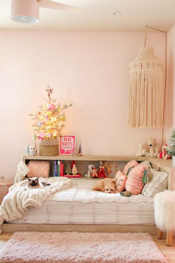 Kinderzimmer weihnachtlich dekorieren kleiner Weihnachtsbaum im Sack Raum in Weiß und Hellrosa schmücken