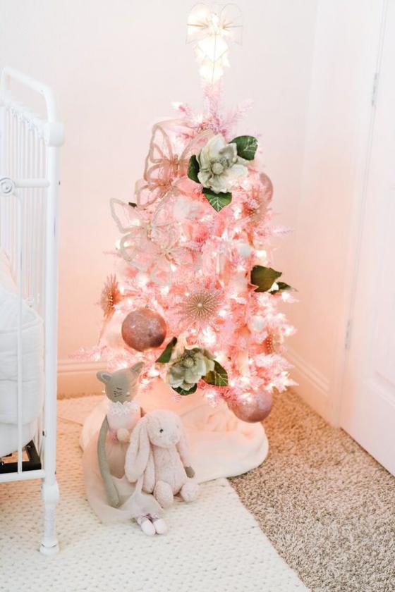 Kinderzimmer weihnachtlich dekorieren schön geschmückter Weihnachtsbaum zwei Plüschtiere darunter
