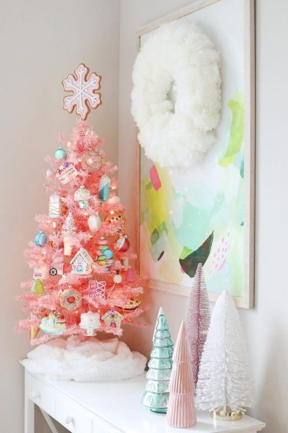 Kinderzimmer weihnachtlich dekorieren viel Glanz kleiner Baum sanfte Farben
