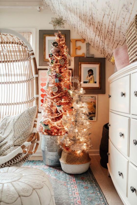 Kinderzimmer weihnachtlich dekorieren zwei Bäume geschmückt mit Lichterketten Glitzer